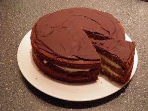 Honningkage med smørcreme og chokolade