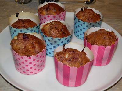 Morgenmadsmuffins med bær og hvid chokolade