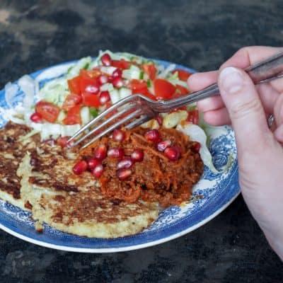 Madpandekager med hvidkål og kødsovs