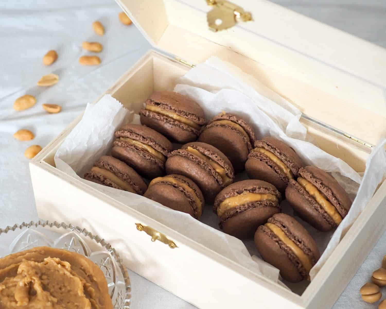 Chokolade macarons med karamel og peanuts