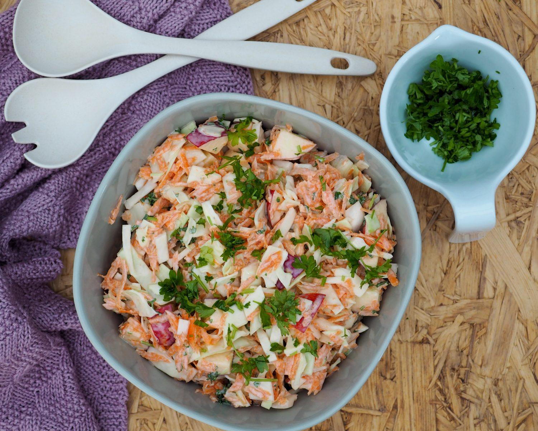 Hvidkålssalat med gulerødder opskrift